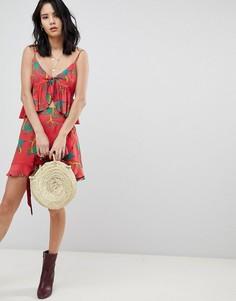 Мини-юбка от комплекта с тропическим принтом и оборкой Honey Punch - Красный