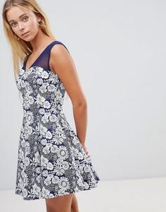 Приталенное платье с сетчатыми вставками и цветочным принтом QED London - Темно-синий