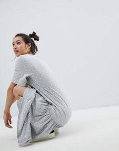 Платье-футболка макси в горошек Monki - Серый