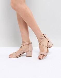 Сандалии на низком блочном каблуке с перекрестными ремешками New Look - Бежевый