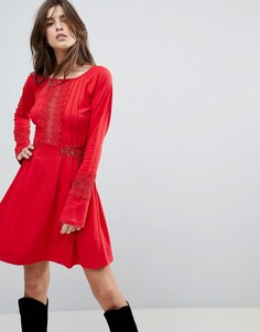 Короткое приталенное платье с кружевными вставками ASOS - Красный