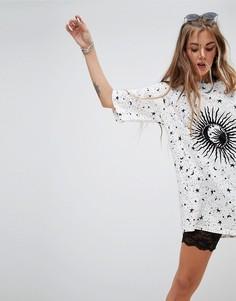 Платье-футболка в стиле oversize с принтом Motel - Кремовый