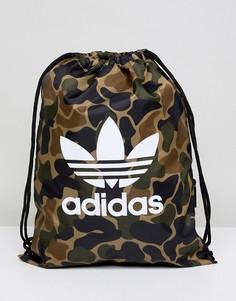Рюкзак на шнурке с камуфляжным принтом adidas Originals CD6099 - Зеленый