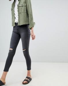 Зауженные джинсы с классической талией и рваными коленками Waven Freya - Черный