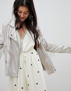 Свободная байкерская куртка из искусственной премиум-кожи с эффектом металлик и отделкой кисточками Native Rose - Кремовый