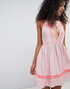 Пляжное платье с высоким воротом и вышивкой River Island - Кремовый