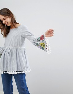 Блузка в полоску с вышивкой на рукавах и помпонами Glamorous - Синий