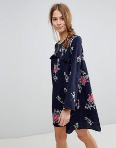 Платье с цветочным принтом и оборкой QED London - Темно-синий