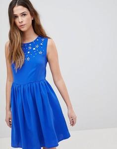 Короткое приталенное платье с отделкой QED London - Синий