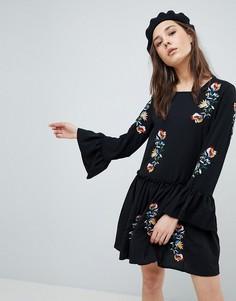 Свободное платье с вышивкой и оборками на рукавах QED London - Черный