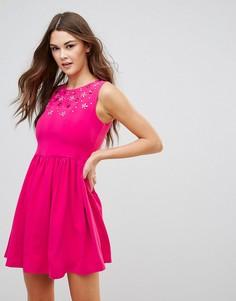 Короткое приталенное платье с отделкой QED London - Розовый