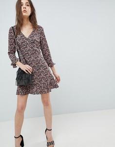 Короткое приталенное платье с цветочным принтом и оборками QED London - Мульти
