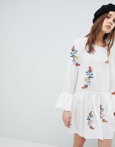 Свободное платье с вышивкой и оборками на рукавах QED London - Белый