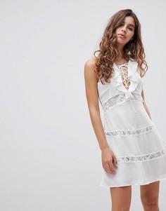 Платье со шнуровкой и оборками Glamorous - Белый