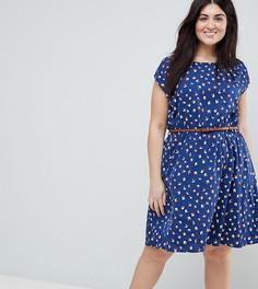 Короткое приталенное платье с поясом и принтом Yumi Plus - Темно-синий