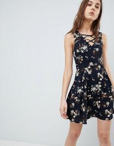 Короткое приталенное платье с цветочным принтом и шнуровкой QED London - Темно-синий