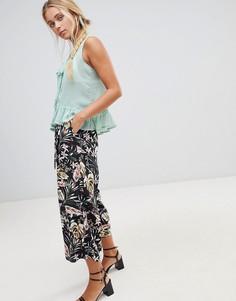 Широкие брюки с цветочным принтом QED London - Черный