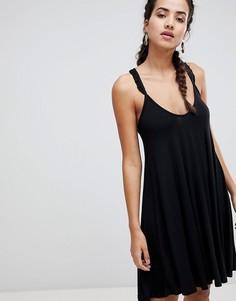 Платье с перекрестными бретелями на спине и оборками Boohoo - Черный