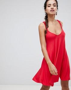 Платье с перекрестными бретелями на спине и оборками Boohoo - Красный