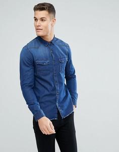 Джинсовая приталенная рубашка с необработанными краями и нашивкой на рукаве Tom Tailor - Синий