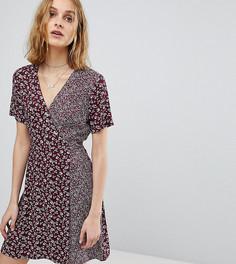 Платье на пуговицах с запахом и принтом Reclaimed Vintage Inspired - Красный