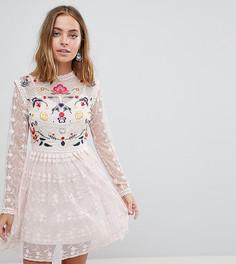 Короткое приталенное платье для выпускного из кружева с вышивкой Frock And Frill Petite Premium - Розовый