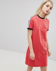Платье-футболка с логотипом и отделкой лентой Fred Perry - Красный