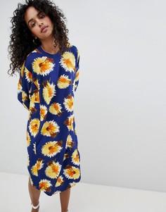 Платье миди с принтом цветов и перьев Monki - Мульти