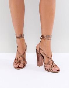 Босоножки с ремешками и рисунком крокодиловой кожи на блочном каблуке Missguided - Коричневый
