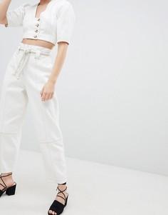 Белые джинсы бойфренда с плетеным поясом и контрастной строчкой ASOS DESIGN - Белый