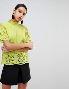 Топ с высоким воротником и вышивкой ришелье Fashion Union - Желтый