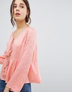 Блузка с цветочным узором, завязкой с кисточками и оборкой Glamorous - Розовый