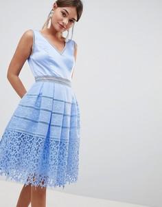 Платье для выпускного из резного кружева Chi Chi London - Синий