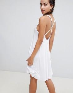 Платье с перекрестными бретелями на спине и оборками Boohoo - Белый