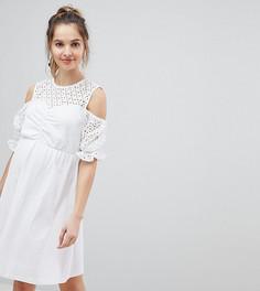 Хлопковое короткое приталенное платье с открытыми плечами и вышивкой ришелье ASOS DESIGN Maternity - Белый