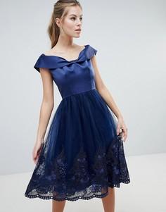 Платье миди с открытыми плечами и премиум-кружевом Chi Chi London - Темно-синий