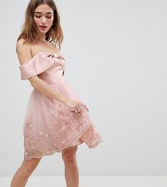 Платье миди с открытыми плечами, бантиком и кружевом Chi Chi London Petite - Розовый