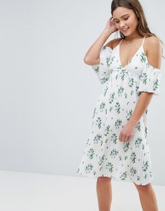 Плиссированное платье с открытыми плечами и цветочным принтом Boohoo - Белый