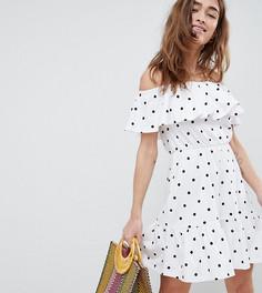 Платье в горошек с открытыми плечами и оборками ASOS DESIGN Petite - Мульти