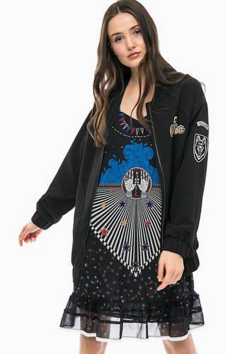 Черная куртка с нашивками