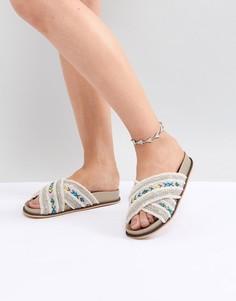 Браслет на ногу с треугольными подвесками и гравировкой ASOS DESIGN - Серебряный