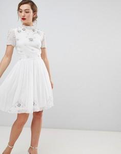 Короткое приталенное платье с высоким воротом и отделкой Frock & Frill - Белый