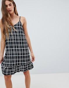 Платье в клетку на тонких бретельках с оборкой Daisy Street - Черный