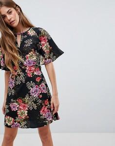 Платье с цветочным принтом и разрезом на вороте Daisy Street - Черный