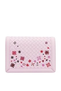Плетеная розовая сумка с вышивкой Bottega Veneta