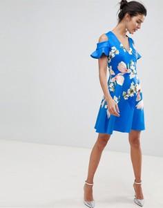 Короткое приталенное платье с цветочным принтом и открытыми плечами Ted Baker - Синий