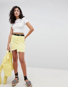 Джинсовая мини-юбка с необработанным краем PrettyLittleThing - Желтый