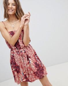 Платье на тонких бретельках с принтом, поясом и оборкой Minkpink - Мульти