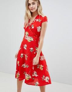 Платье миди с цветочным принтом, запахом и плиссированной отделкой Boohoo - Красный
