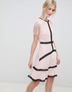 Короткое приталенное платье с контрастной отделкой и кружевом Liquorish - Розовый